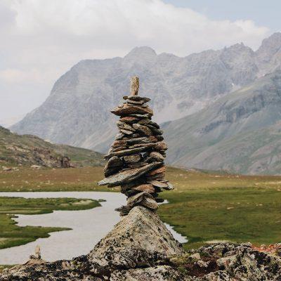 Montagne ruisseau pierres
